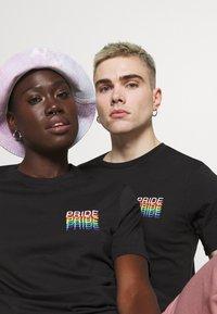 YOURTURN - PRIDE - Print T-shirt - black - 3