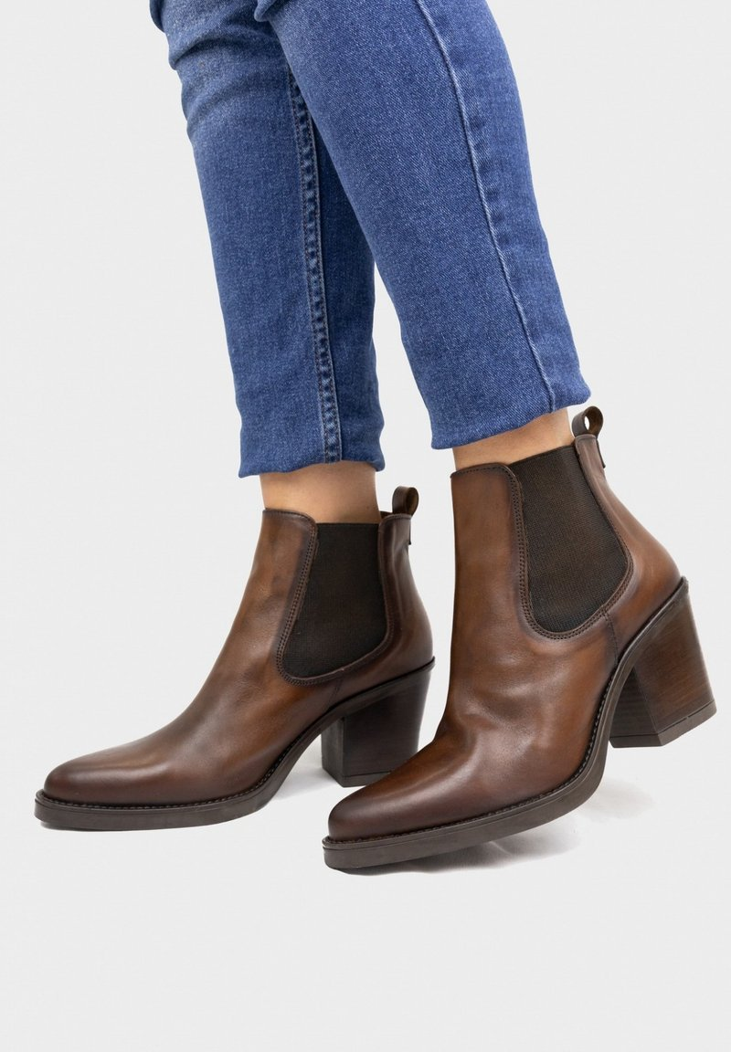 Eva Lopez - Classic ankle boots - brown