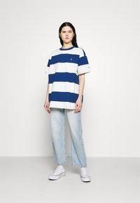 Levi's® - HEAVYWEIGHT ROADTRIP TEE - T-shirt con stampa - alyssa/estate blue - 1
