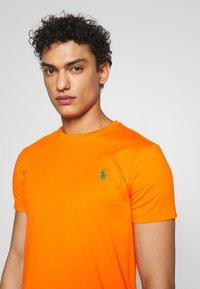 Polo Ralph Lauren - CUSTOM SLIM FIT CREWNECK - Basic T-shirt - bright signal ora - 3