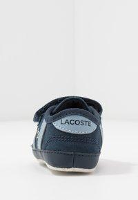 Lacoste - SIDELINE  - Dárky pro nejmenší - navy/light blue - 4