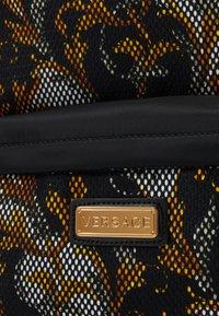 Versace - ZAINO TARGHETTA ST BAROCCO UNISEX - Batoh - nero/oro/bianco - 3