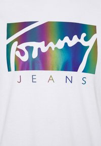 Tommy Jeans - METALLIC SCRIPT TEE  - T-shirt con stampa - white - 6