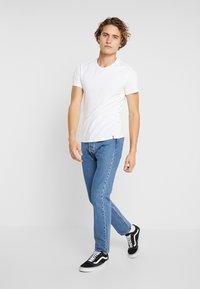 Levi's® - CREWNECK 2 PACK - T-shirt med print - blues/white - 1