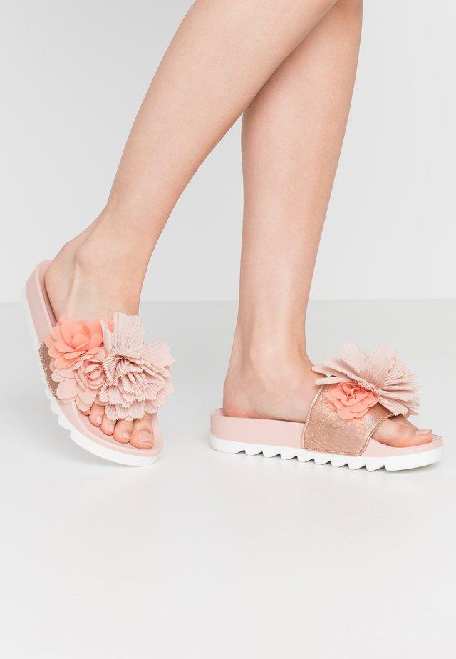 Mules - coral