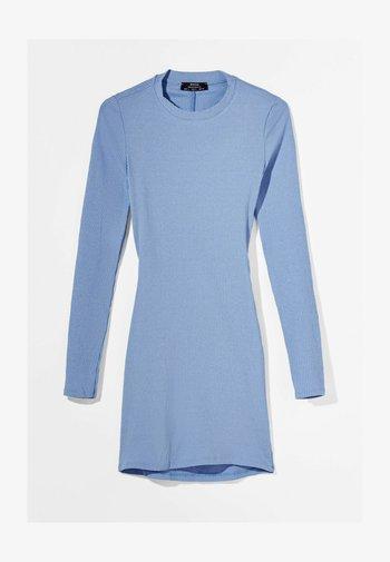 MIT RAFFUNGEN  - Pletené šaty - light blue