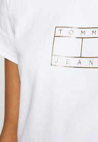 Tommy Jeans - OUTLINE FLAG TEE - Triko s potiskem - white - 4