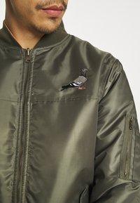 STAPLE PIGEON - REVERSIBLE UNSIEX - Bomber Jacket - olive - 5