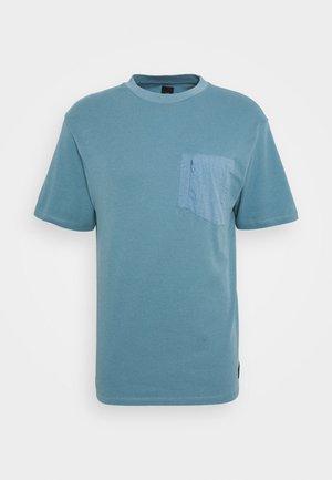 PANEL BADGE TEE - T-Shirt basic - slate blue/grey