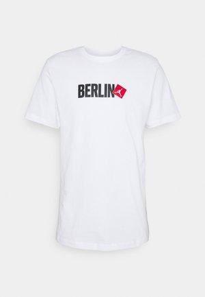BERLIN CITY CREW - Print T-shirt - white