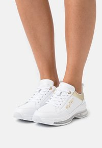 Tommy Hilfiger - CITY AIR RUNNER METALLIC - Trainers - white - 0