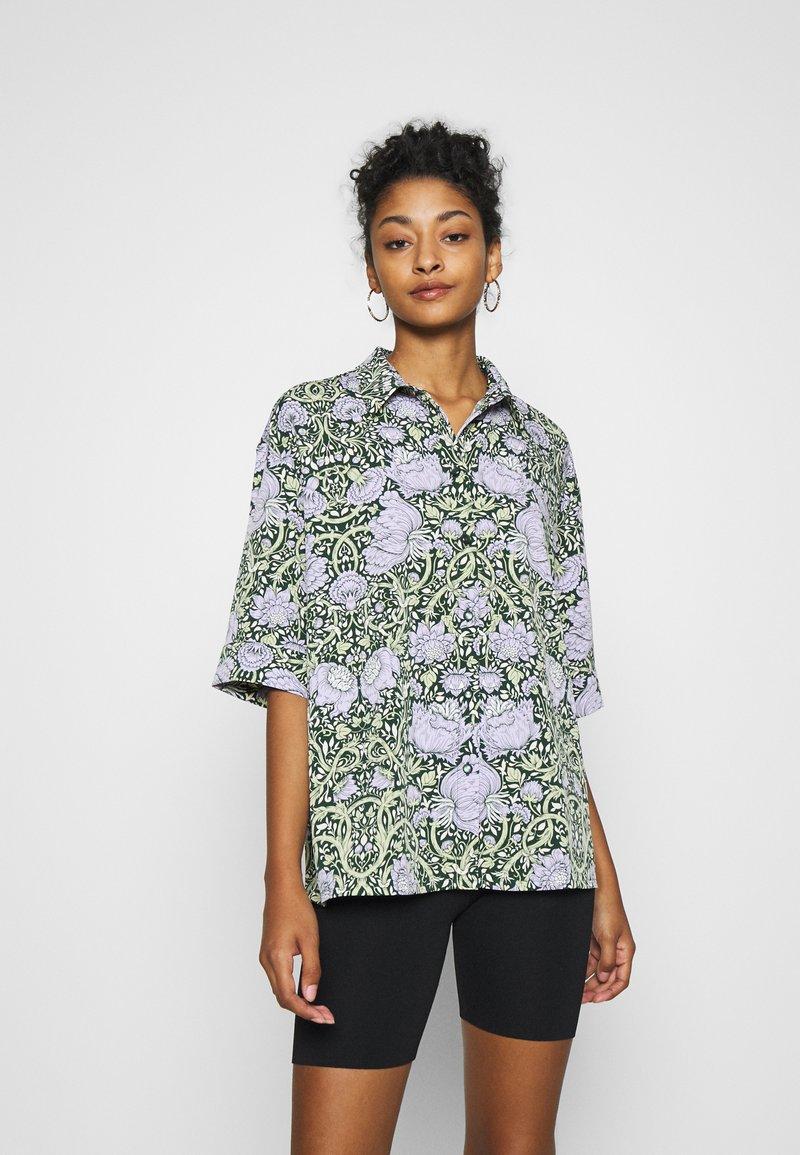 Monki - TAMRA BLOUSE - Button-down blouse - green ellisflower
