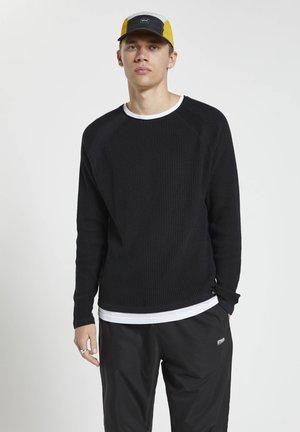MIT FARBLICH ABGESETZTEM DOPPELKRAGEN - Stickad tröja - mottled black