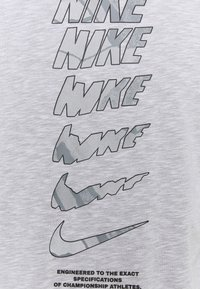 Nike Performance - DRY TEE - T-shirt con stampa - white/pewter grey - 6