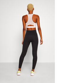 Puma - EVOKNIT SEAMLESS LEGGINGS - Medias - black - 2