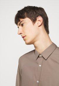 HUGO - ELISHA - Formal shirt - light-pastel brown - 3