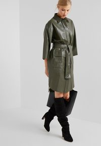 CLOSED - SHILOH - Blousejurk - shadow green - 1