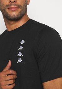 Kappa - JORN - T-shirt con stampa - caviar - 5