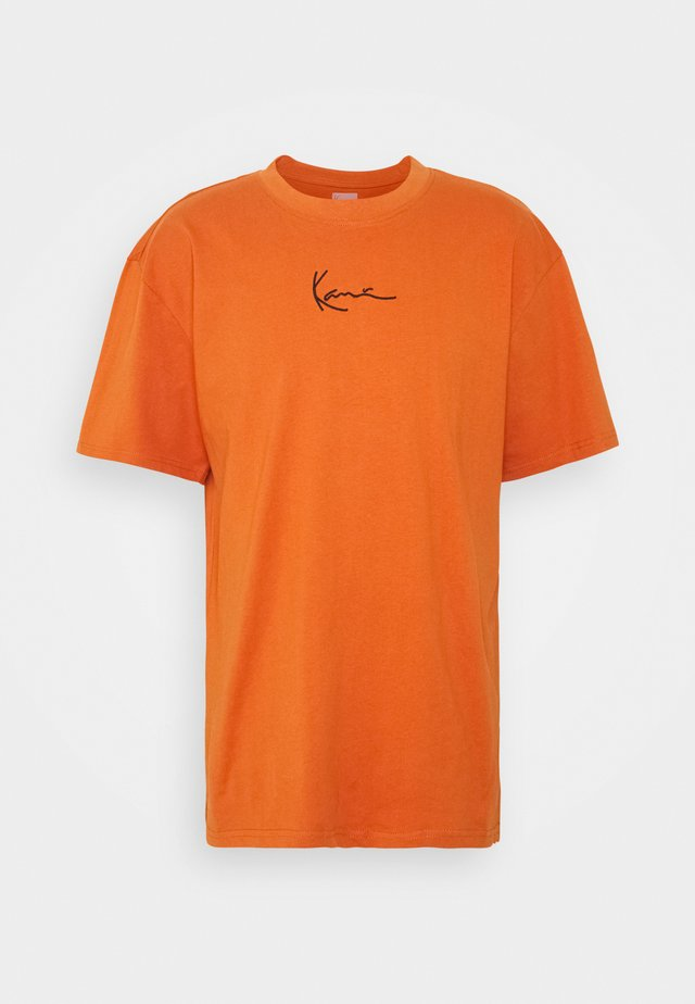 SMALL SIGNATURE TEE UNISEX - Camiseta estampada - dark orange