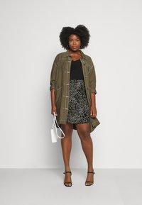 CAPSULE by Simply Be - MONO PRINT MINI SKIRT - Mini skirt - black/ivory - 1
