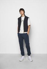 Han Kjøbenhavn - BOXY TEE FRONT - Print T-shirt - off white/black - 1