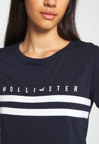 Hollister Co. - TUCKABLE SPORTY - Print T-shirt - navy - 4