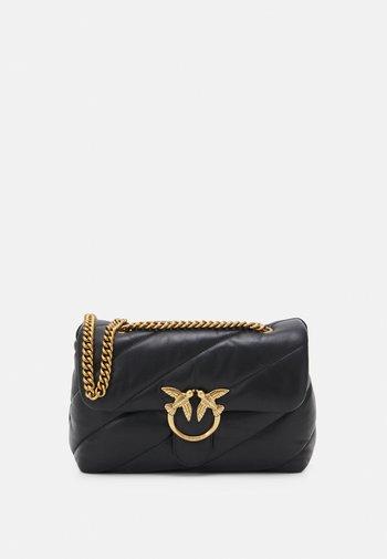 LOVE CLASSIC PUFF MAXY QUILT - Across body bag - black
