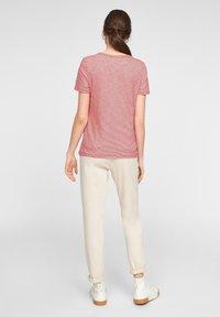 s.Oliver - MIT PRINT-DETAIL - Print T-shirt - true red stripes - 2