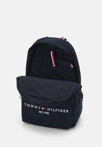 Tommy Hilfiger - ESTABLISHED BACKPACK UNISEX - Mochila - desert sky - 2