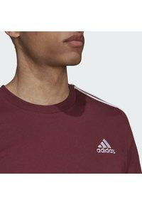 adidas Performance - 3-STRIPES SPORTS ESSENTIALS T-SHIRT - T-shirt z nadrukiem - victory crimson/white - 3