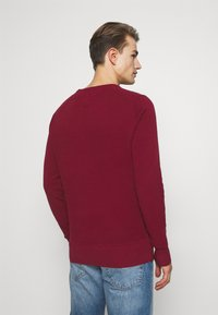 Tommy Hilfiger - CREW NECK - Neule - rouge - 2