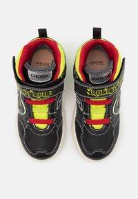 Geox - GRAYJAY BOY - Sneakersy wysokie - black/lime - 3