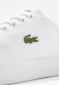 Lacoste - GRIPSHOT - Sneakersy niskie - white/dark green - 5
