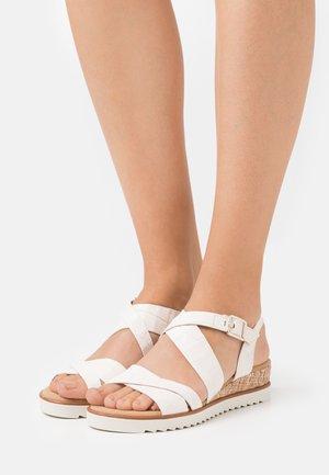 Sandaletter med kilklack - elfenbein/gold
