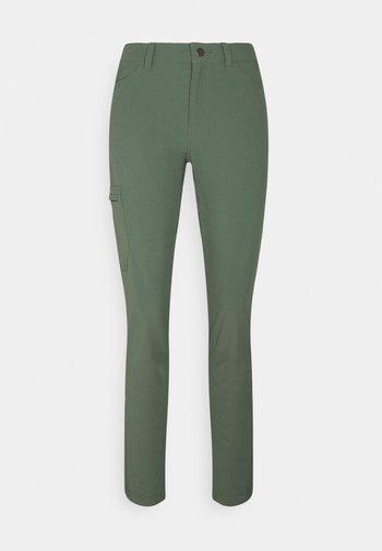 SKYLINE TRAVELER PANTS - Bukser - kale green