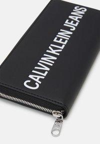 Calvin Klein Jeans - SCULPTED ZIP ROUND - Peněženka - black - 3