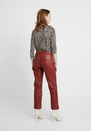 EVI PANTS FASHION FIT - Pantalon en cuir - spiced apple