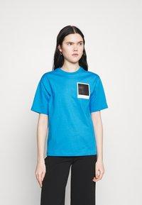 Lacoste - LACOSTE X POLAROID  - Print T-shirt - fiji - 0