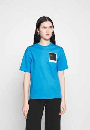 LACOSTE X POLAROID  - T-shirt imprimé - fiji