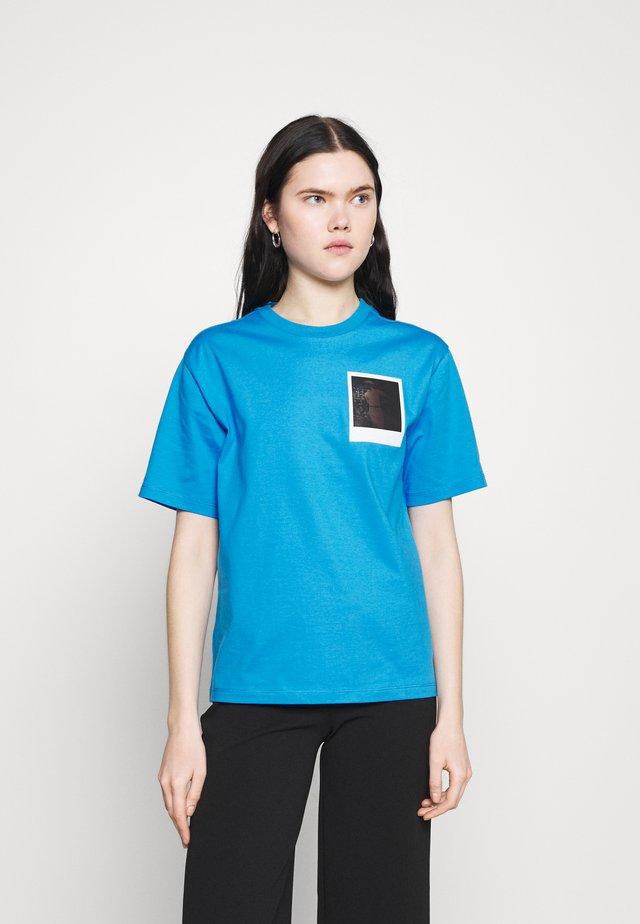 LACOSTE X POLAROID  - T-shirt med print - fiji