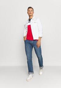 Lacoste - T-shirt imprimé - marine/rouge - 1