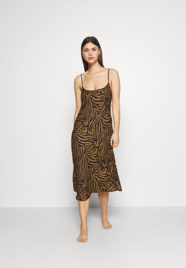 RANIA SLIP DRESS - Noční košile - camel
