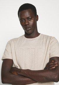 Les Deux - EMBOSSED ENCORE  - Basic T-shirt - light brown melange - 3