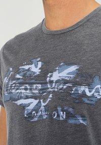 Pepe Jeans - ROBINIA SLIM FIT - T-shirt z nadrukiem - 984 - 3