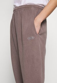 BDG Urban Outfitters - PANT - Joggebukse - chocolate - 4