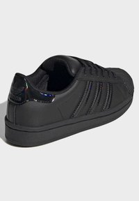 adidas Originals - SUPERSTAR SHOES - Sneakers laag - black - 3