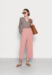 Kaffe - MARLU BLOUSE - Blouse - shopping bag / chalk fan print - 1