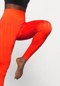 Casall - SHINY MATTE SEAMLESS - Medias - intense orange - 3