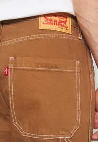 Levi's® - TAPERED CARPENTER - Relaxed fit jeans - toffee - 5