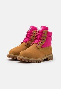 Timberland - PREMIUM - Šněrovací kotníkové boty - wheat/pink - 1